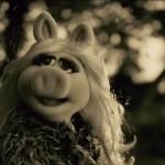 アデルの「ハロー」を「ザ・マペッツ」のミス・ピギーが完全再現!
