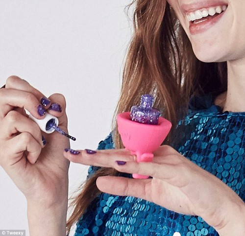 310E571500000578-3440642-Amazing_Tweexy_makes_it_possible_to_paint_your_nails_virtually_a-a-1_1455122944387